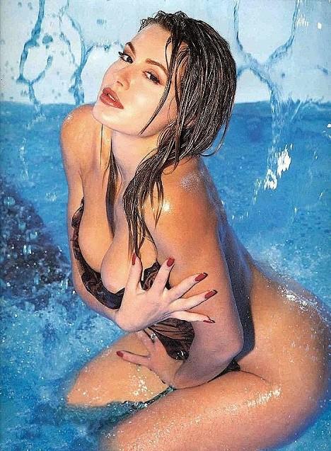 http://immagini.tipiace.it/gallery/calendario-valeria-marini-1999/medium_valeria-marini-maggio-1999.jpg