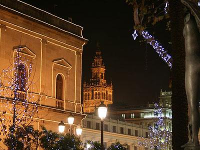 Luci di Natale a Siviglia: il comune e la torre della Giralda sullo sfondo