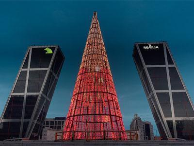 Plaza de la Castilla di Madrid con il consueto albero di Natale